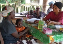 Fatmata, MCH-aide counsels a parent on good hygiene.